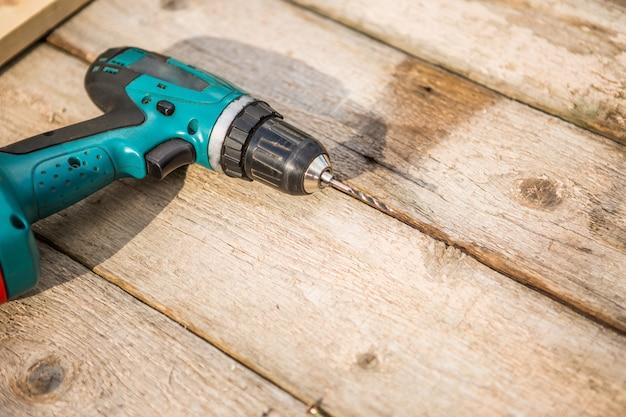 Cacciavite elettrico sul tavolo di legno