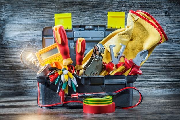 Set di strumenti elettrici in piccola cassetta degli attrezzi su legno vintage
