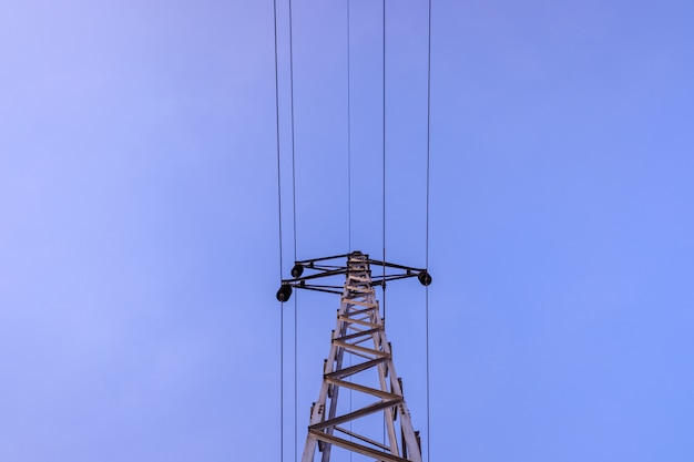 Torretta elettrica che tiene i cavi ad alta tensione.