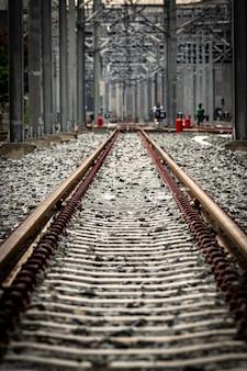 Stazione ferroviaria di binari del treno elettrico.