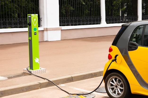 Stazione di ricarica per veicoli elettrici con presa di alimentazione per veicoli elettrici.