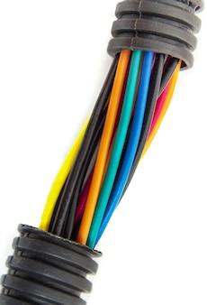 Fili elettrici di diversi colori su sfondo bianco