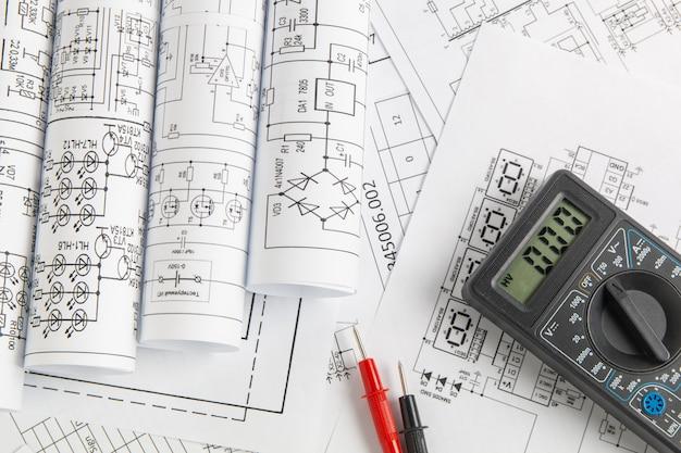Disegni di ingegneria elettrica e multimetro digitale