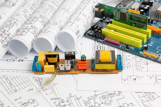 Disegni di ingegneria elettrica e scheda elettronica