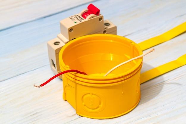 Scatola di derivazione elettrica e interruttore automatico con fili