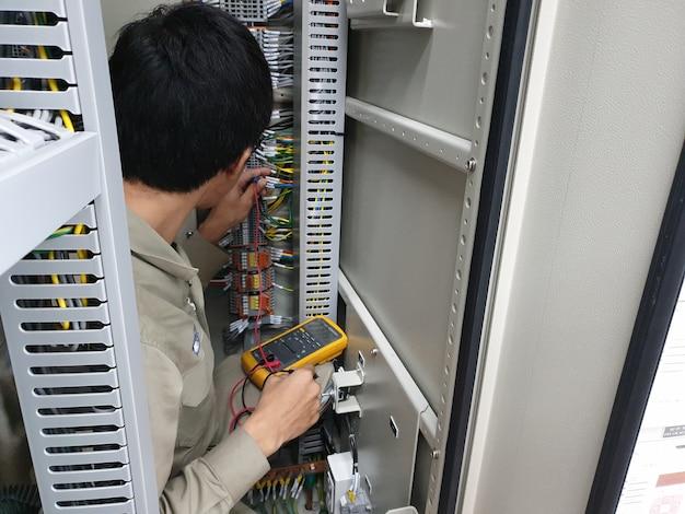 Misurazione elettrica per il test del circuito pt da parte di un ingegnere elettrico