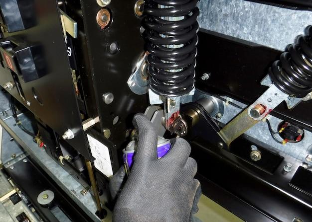 Manutenzione preventiva elettrica lubrificante meccanico in loco dell'interruttore automatico mt