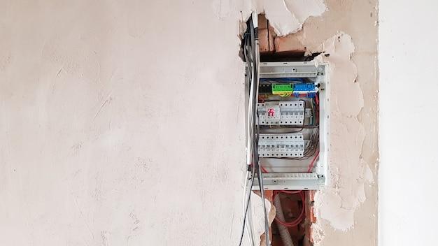 Sicurezza elettrica nelle abitazioni, quadro elettrico con interruttori. impianto elettrico domestico nell'appartamento in riparazione. interruttori automatici con fili in uno schermo elettrico con spazio di copia.