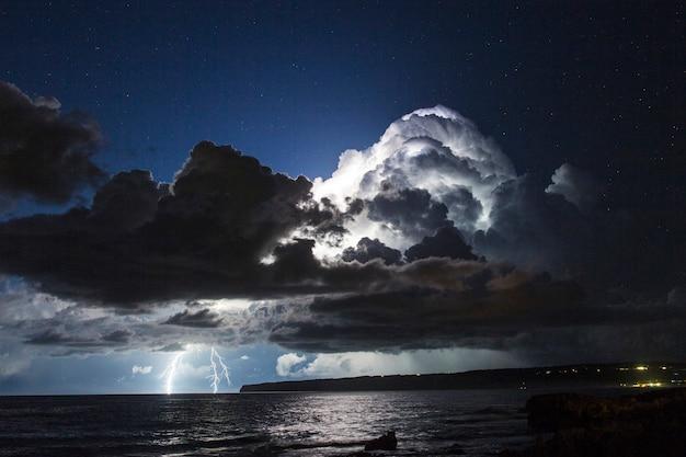 Tempesta elettrica sul mar mediterraneo con due fulmini