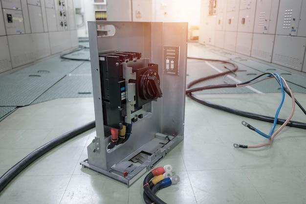 Sala sottostazione elettrica nell'industria petrolchimica o raffineria di petrolio e gas e centrali elettriche, quadri o becher con filo collegare concetto