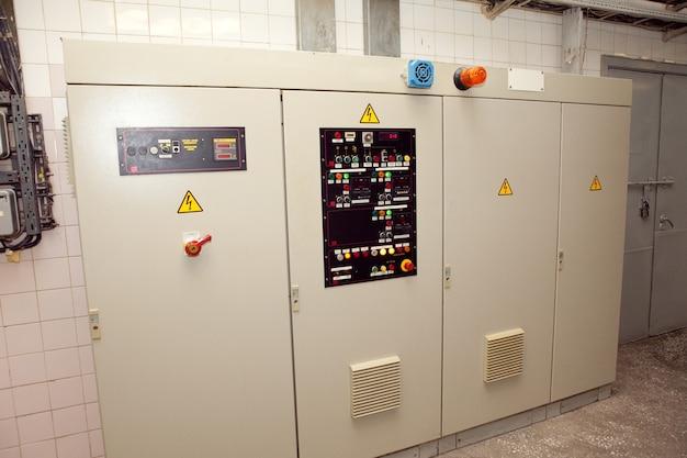 Quadro elettrico in uno degli edifici.quadri di controllo per apparecchiature ad alta tensione