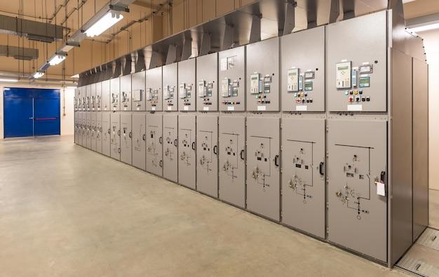Quadro elettrico, quadro elettrico industriale nella sottostazione della centrale elettrica
