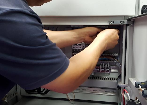 Tecnico elettrico lavoro cablaggio di controllo elettrico a quadri di bassa tensione