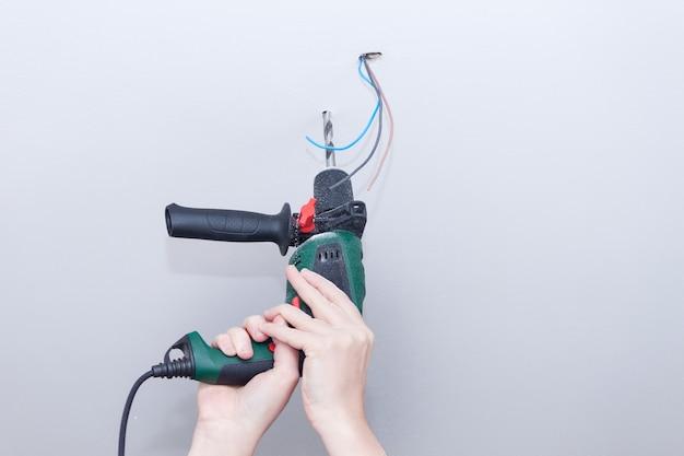 L'elettricista assembla i cavi elettrici per la lampada