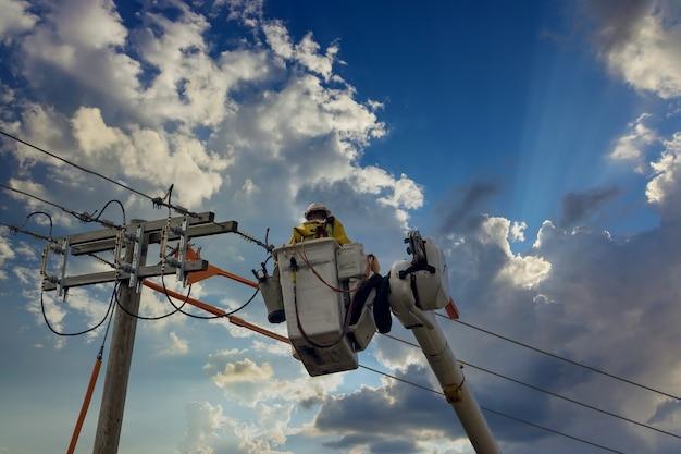 Problema di controllo dell'elettricista con una linea elettrica dopo il tornado