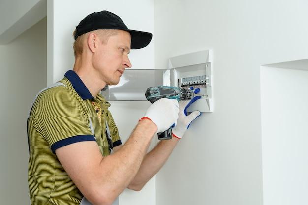 Elettricista che installa una scatola dei fusibili elettrica