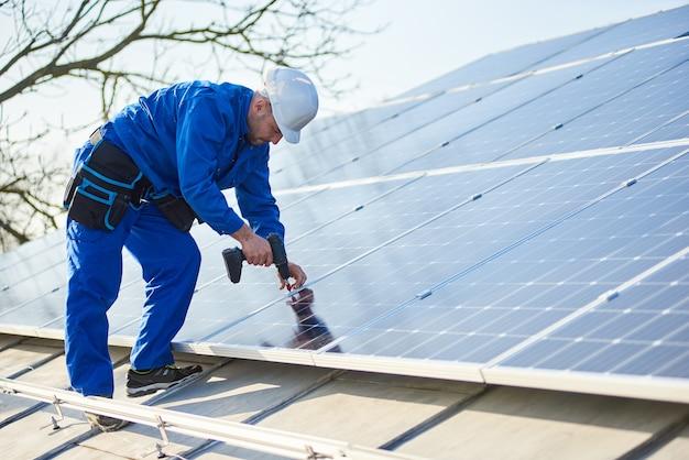Elettricista montaggio pannello solare sul tetto della casa moderna