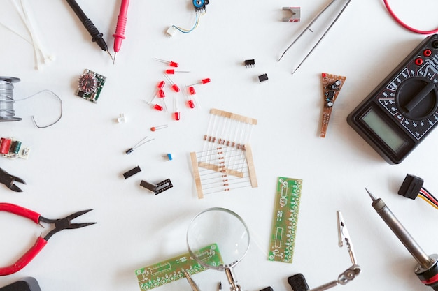 Strumenti per elettricisti e idraulici, parti elettriche e componenti con accessori, sfondo bianco isolato. fai da te, fai da te concetto