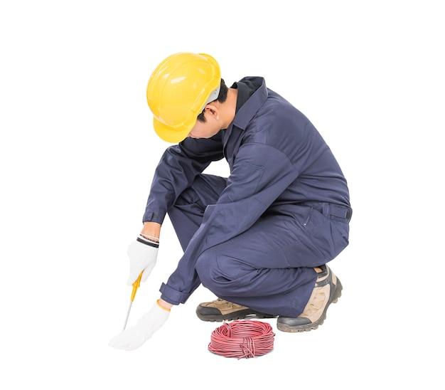 Elettricista in unifrom con un mucchio di fili, isolato su sfondo bianco intaglio