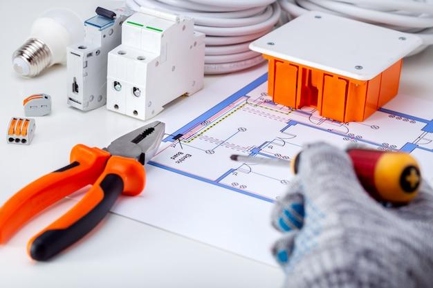 Elettricista che lavora con schema elettrico