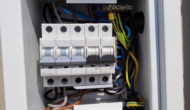 Scatola di distribuzione elettrica con cavi e interruttori automatici (scatola dei fusibili)