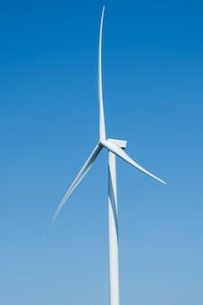 Primo piano delle turbine eoliche che generano elettricità con cielo blu