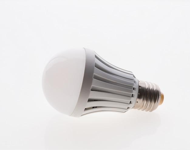 Lampadina di elettricità isolata su bianco