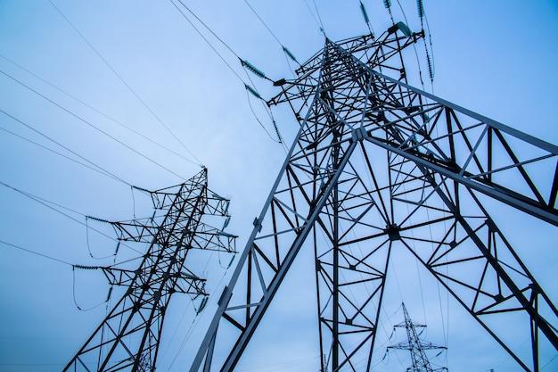 Piloni di elettricità sul cielo blu. potenza ed energia.