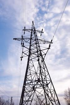 Piloni e cavi elettrici, retroilluminazione