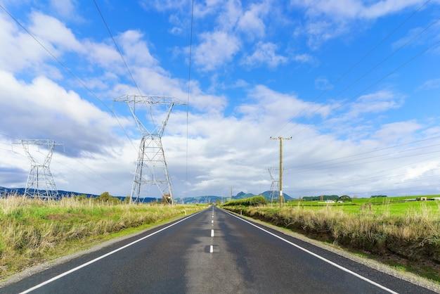 Piloni di elettricità nell'isola del nord della nuova zelanda
