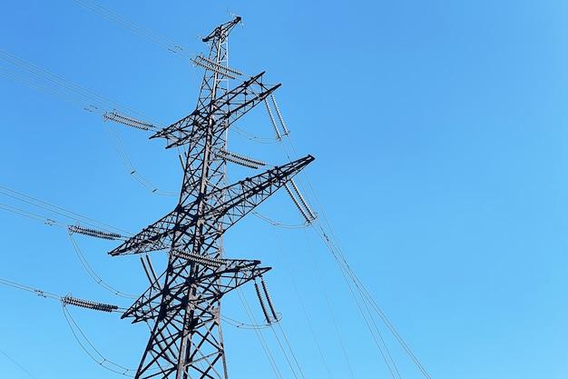 Sfondo di trasmissione di elettricità. fili elettrici dalla stazione.