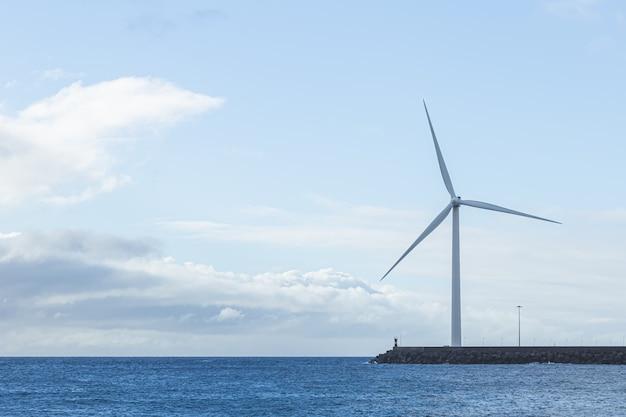 Generatori eolici di elettricità all'isola di gran canaria. energia rinnovabile e concetto di ambiente