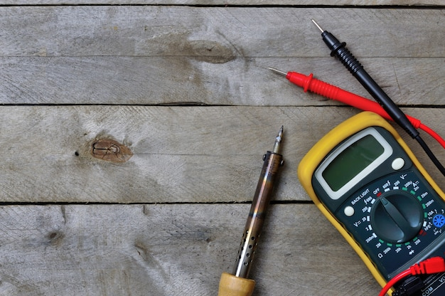 Strumento elettrico e tester su legno. lay piatto