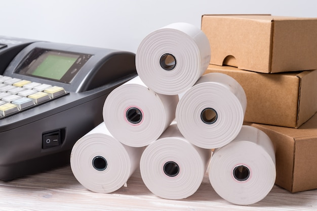 Registratore di cassa elettronico e lotto di rotolo di carta