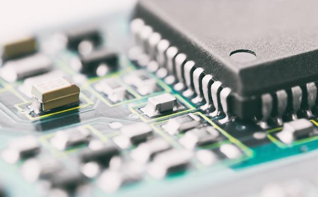 Chip elettronici sulla scheda del computer