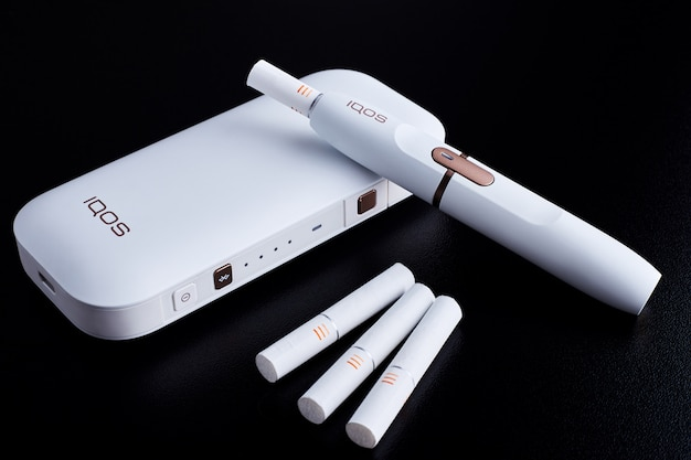 Sigaretta elettronica su sfondo nero