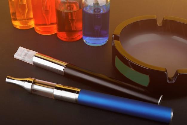 Sigaretta elettronica con posacenere e liquido per vaporizzare