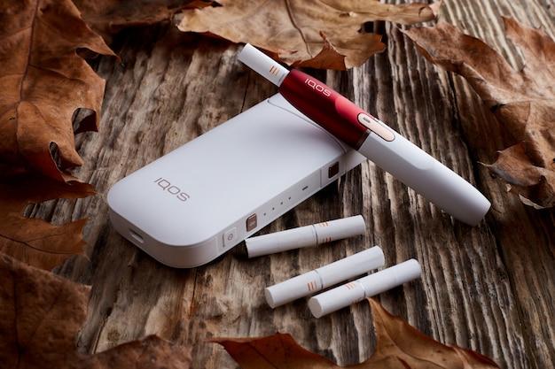 Sigaretta elettronica su fondo in legno