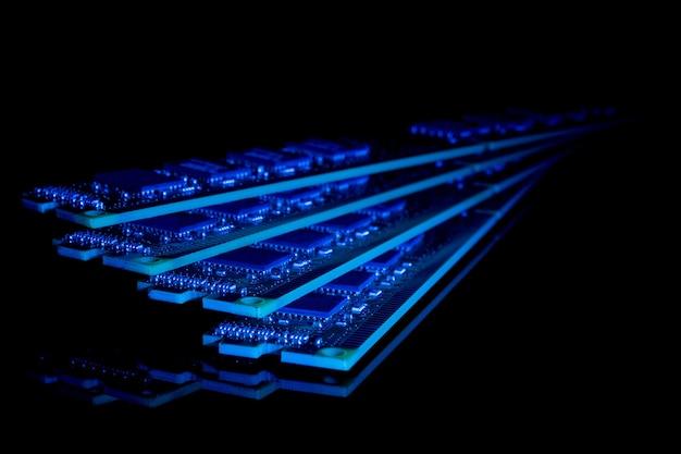 Moduli di ram di memoria ad accesso casuale del computer di raccolta elettronica sullo sfondo nero nei toni del blu