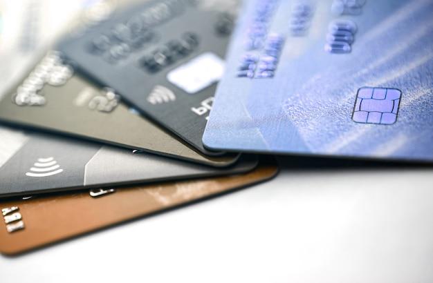 Carta di credito elettronica senza contatto con microchip con messa a fuoco selettiva. macro di una carta di credito.