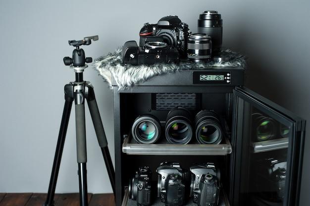 Armadio a secco per deumidificazione elettronica per riporre obiettivi di fotocamere e altre apparecchiature fotografiche Foto Premium