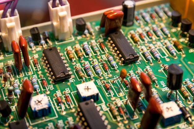 Dispositivi elettronici e accessori su scheda elettronica.