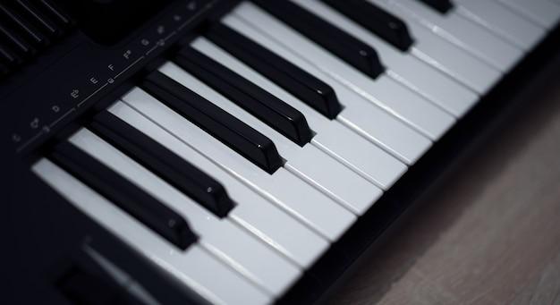 Tastiera elettronica per pianoforte. primo piano dei tasti del pianoforte in bianco e nero
