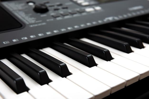Tastiera elettronica per pianoforte per suonare e registrare musica in studio