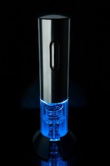 Cavatappi elettronico ricaricabile. grigio metallizzato. con retroilluminazione a led blu. sfondo nero. riflessione