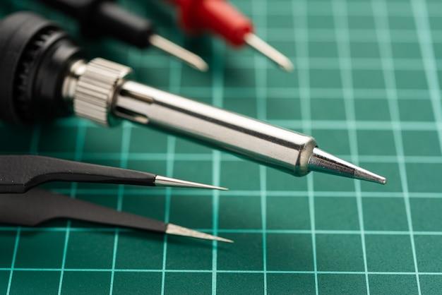Concetto di sviluppo di elettronica. gli hobby sono l'elettronica. saldatore e strumenti sul desktop.
