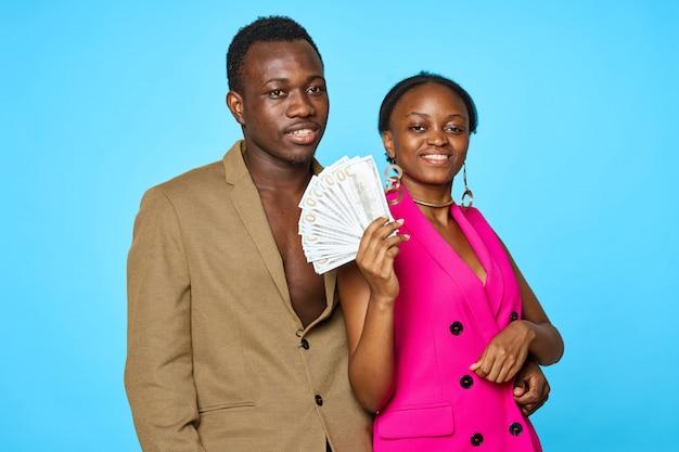 Coppie eleganti dell'afroamericano con soldi, concetto di ricchezza