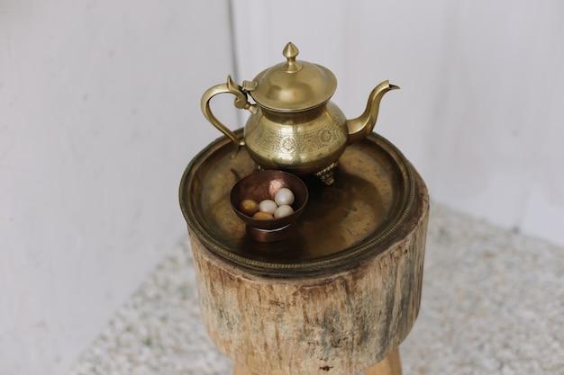 Elegante servizio da caffè dorato antico