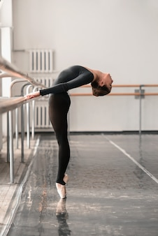 Prove di ballerino di balletto elegante in classe