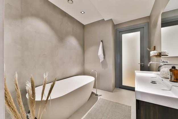 Elegante bagno con grande specchio e pareti in marmo